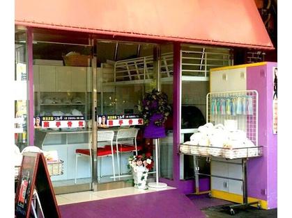 お店の外観(すみれ色のテーマカラーが目立つお店♪)