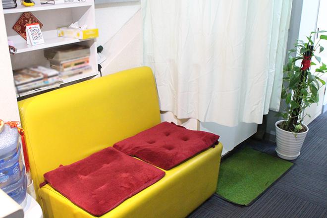 待合スペースには座り心地の良いソファー